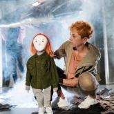 Det röda trädet – Dalateatern 2019 – Regi: Pelle Öhlund – Scenografi / kostymdesign: Richard Andersson.