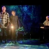 Dalateatern 2021 – Regi: Pelle Öhlund – Scenografi/kostym: Richard Andersson – Projektioner: Illka Häikiö