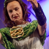 Borås stadsteater 2019 – Regi: Josefin Andersson – Scenografi/ kostymdesigner: Richard Andersson.